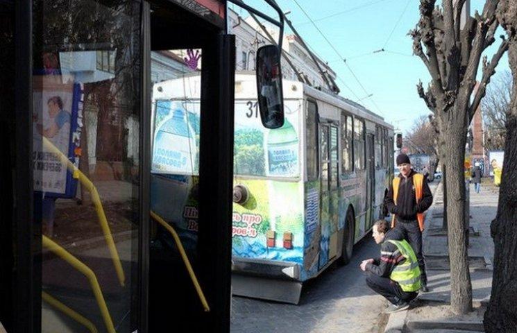 У Чернівцях дитина впала з тролейбусу, який рушив, коли вона виходила з нього