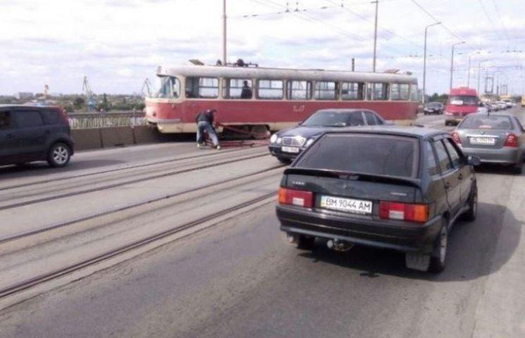 У Дніпропетровську трамвай протаранив огорожу мосту