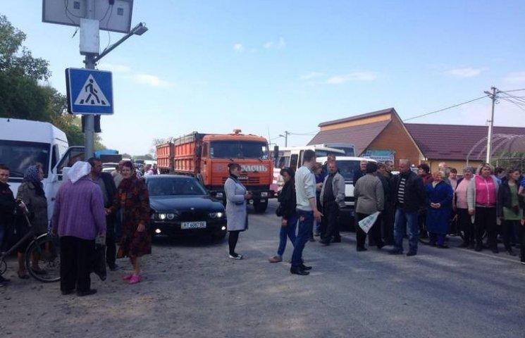 На Хмельниччині люди перекрили дорогу державного значення