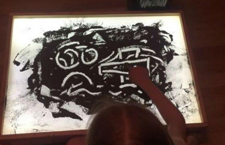 Моторошна анімація: На Росії дівчинка малює прахом свого прадіда (ВІДЕО)