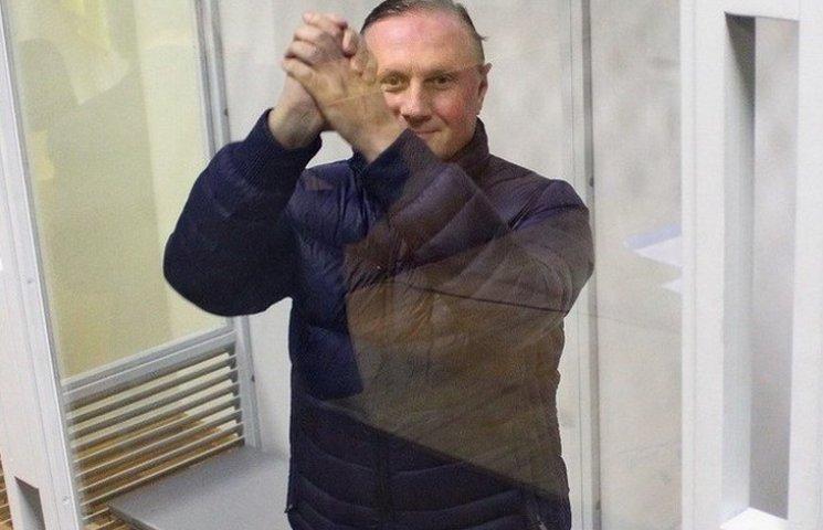 Єфремов похвалився, що вже без браслета і з закордонним паспортом