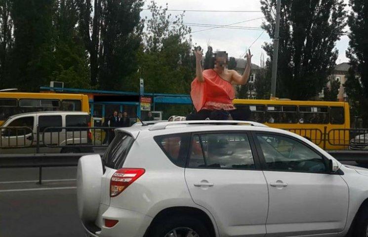 В Києві ледь зняли з даху автівки агресивну вагітну жінку
