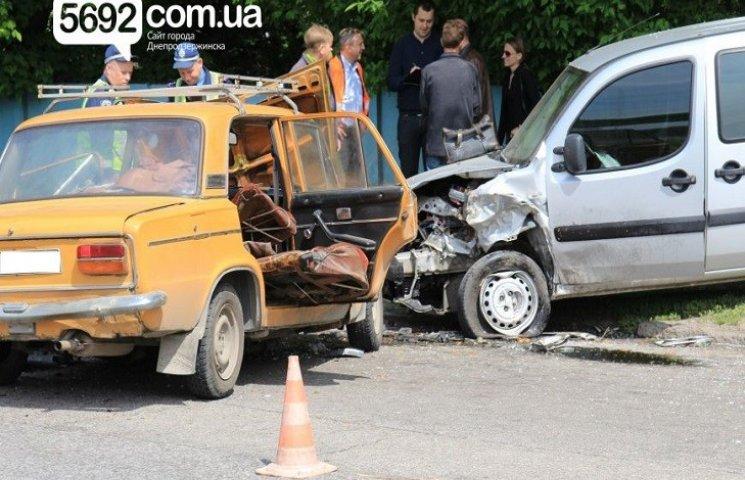 У Дніпродзержинську біля заправки сталося лобове зіткнення автомобілів