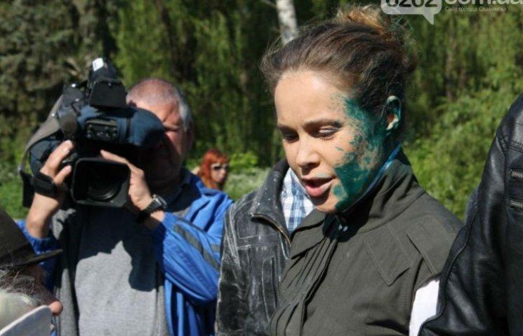 На Донбассе Королевскую забросали яйцами и облили зеленкой (ФОТО)