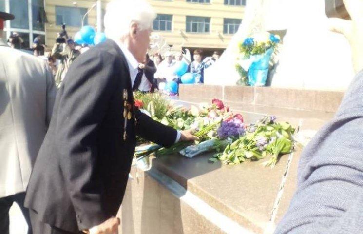 У Дніпропетровську ветерани 9 травня покладають квіти разом з АТОшниками