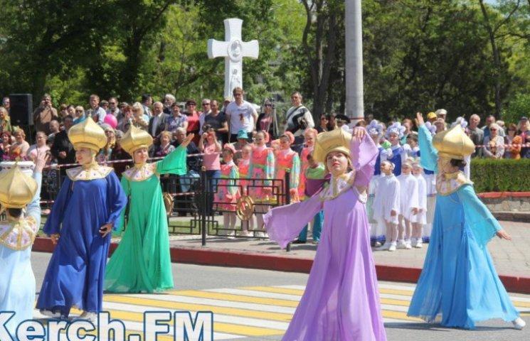 Победобесие в зените: В оккупированном Крыму детей на 9 мая нарядили церквями