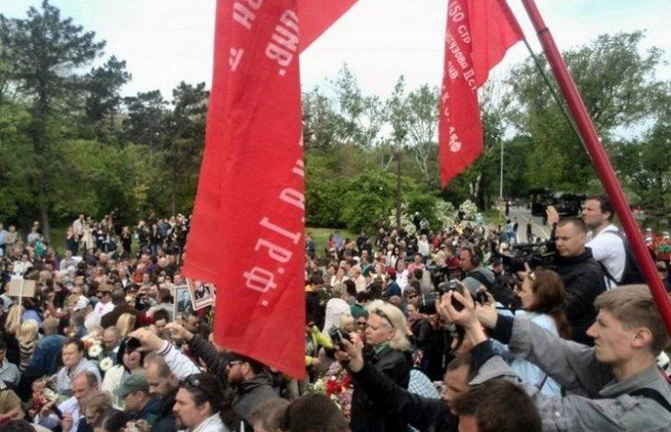 В Одесі на Алеї Слави путінолюби співали військові пісні під забороненими прапорами