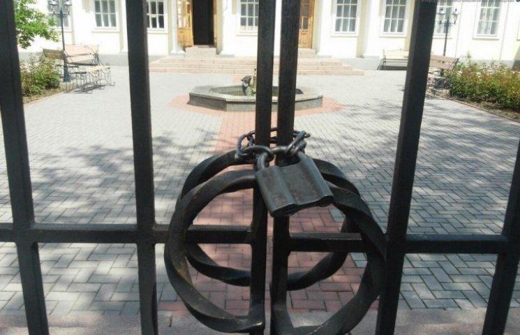 """Миколаївські музеї зранку """"забули"""" відкритися, замість безкоштовного входу"""