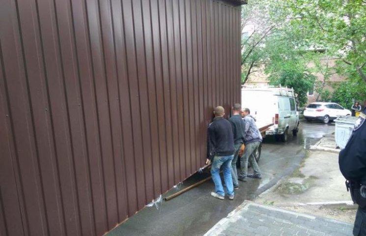 """Миколаївці демонтували будки, що """"виросли"""" під вікнами багатоповерхівки"""