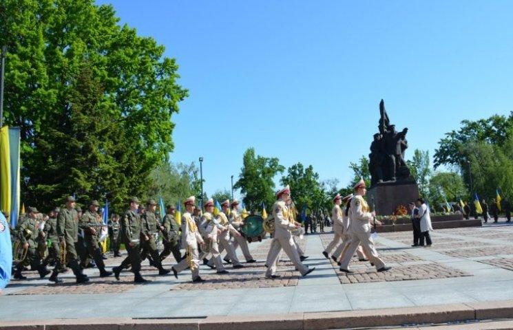 """Військові """"танцюючі"""" оркестри """"запалили"""" миколаївців на 9 травня (ФОТО, ВІДЕО)"""