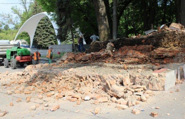 В центрі Вінниці трактор зрівняв із землею аварійну стіну