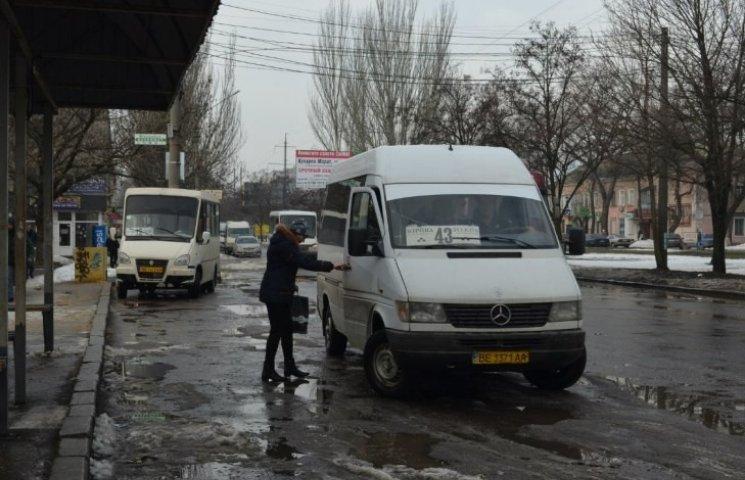 У Миколаєві маршрутник погрожував пасажирам фізичною розправою