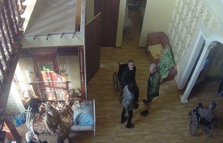 На Росії в будинках пристарілих старців не доглядають, а катують