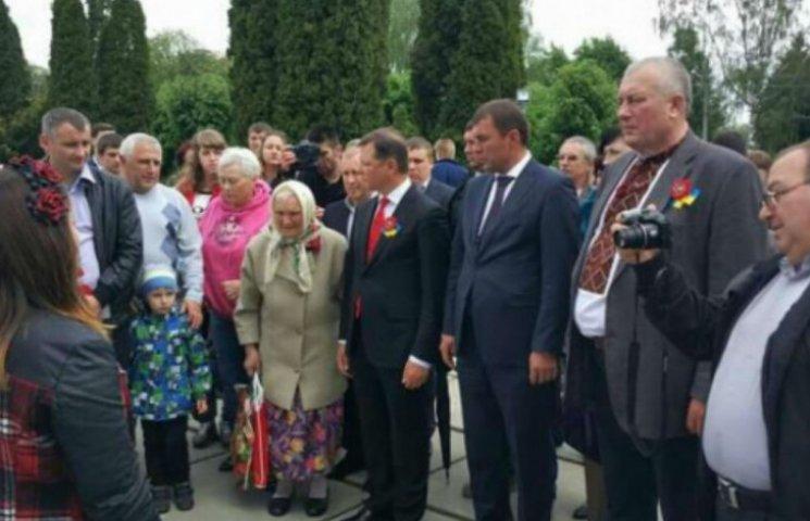 "Активист: Ляшко отметил День памяти в компании ""регионала"", который учит Титушко (ФОТО)"