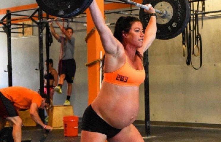 Как беременная женщина накануне родов поднимала 100 килограммов, чем разозлила интернет