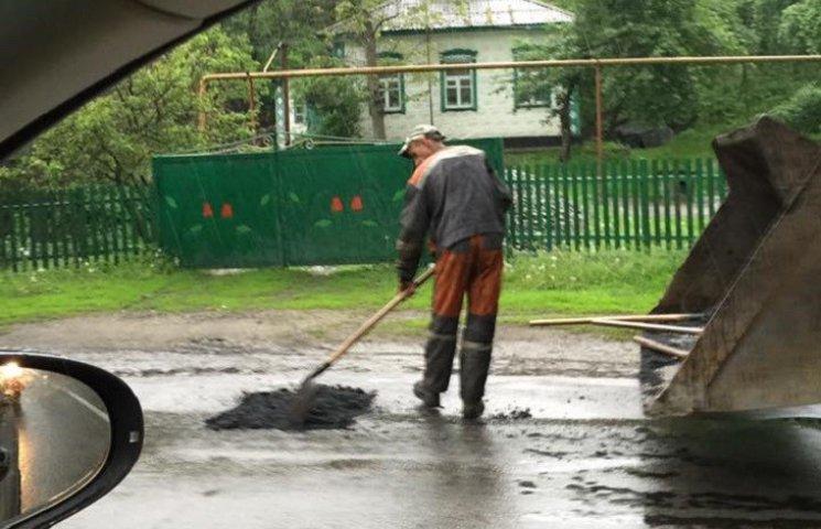 На Дніпропетровщині кладуть асфальт під зливою