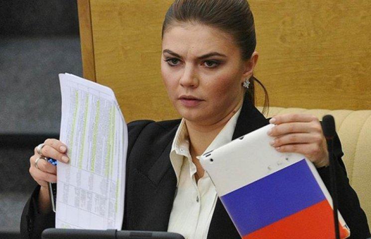 """Вкрадений ботокс і """"заблукалий"""" у шафі: ТОП-11 фотожаб про Аліну Кабаєву"""