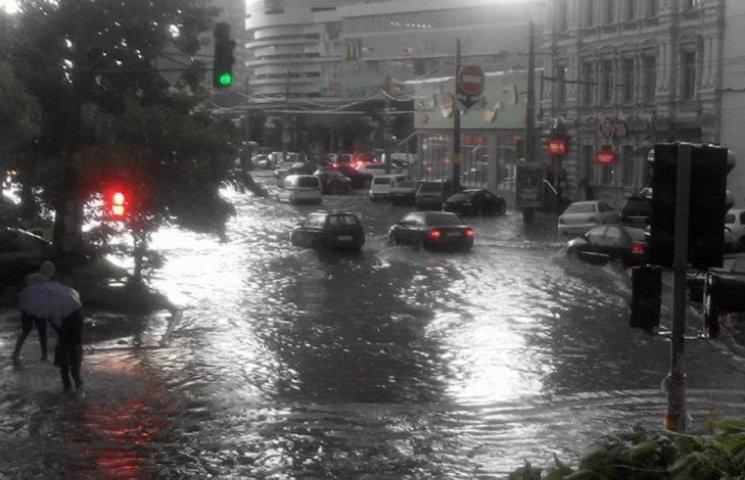 Злива затопила центр Дніпропетровська (ФОТО, ВІДЕО)