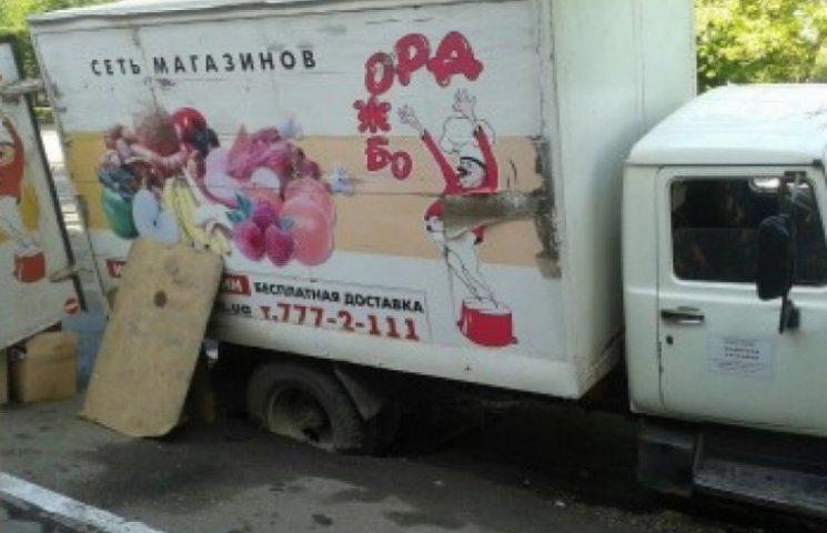 У центрі Одеси вантажівка провалилася під землю