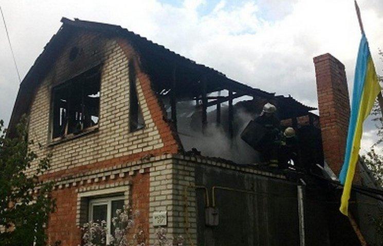 На Старому місті більше півгодини гасили палаючий будинок