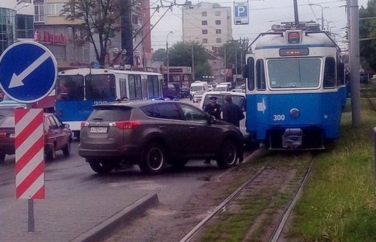 """""""Тойота"""" з Мурманська заблокувала рух трамваїв у Вінниці"""
