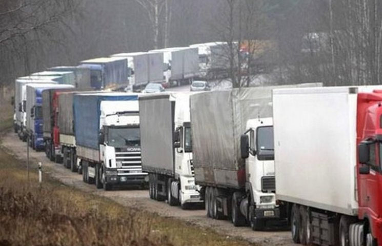 На трасі Одеса-Київ стоять десятки вантажівок
