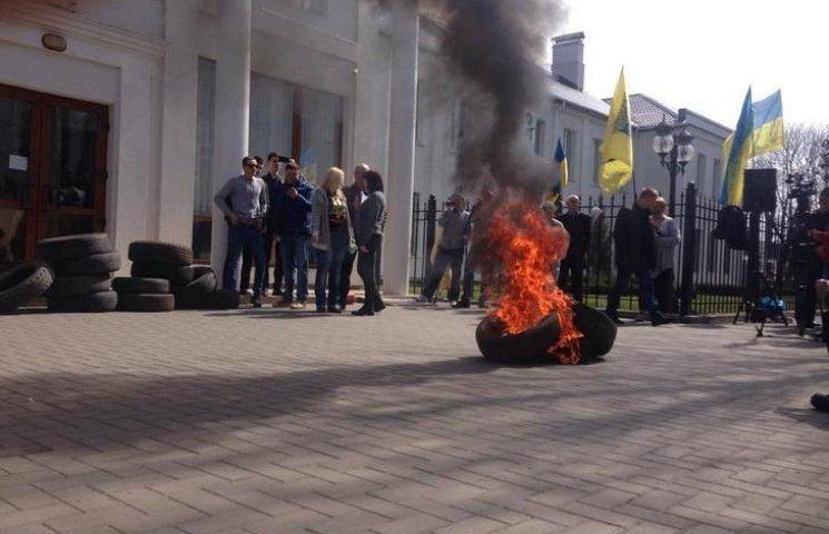 За спалені під Хмельницькою прокуратурою шини активістка сплатить штраф