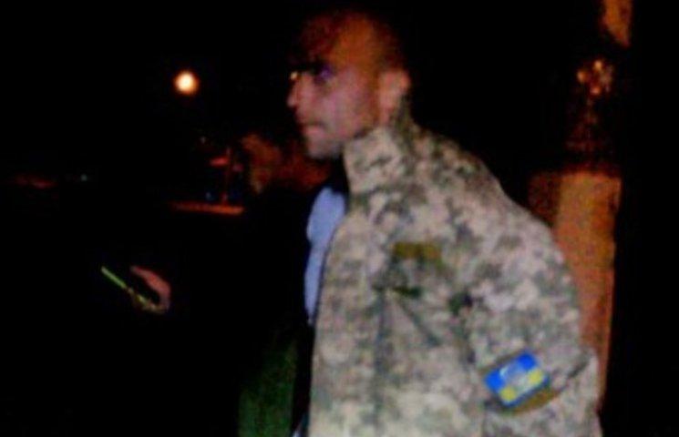 Миколаївець у камуфляжі, який розтрощив головою лобове скло, не є військовослужбовцем
