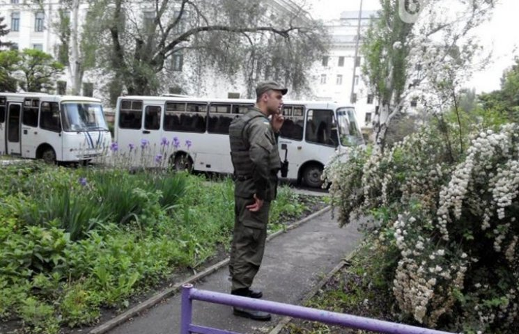 В очікуванні президента центр Краматорська оточила військова техніка