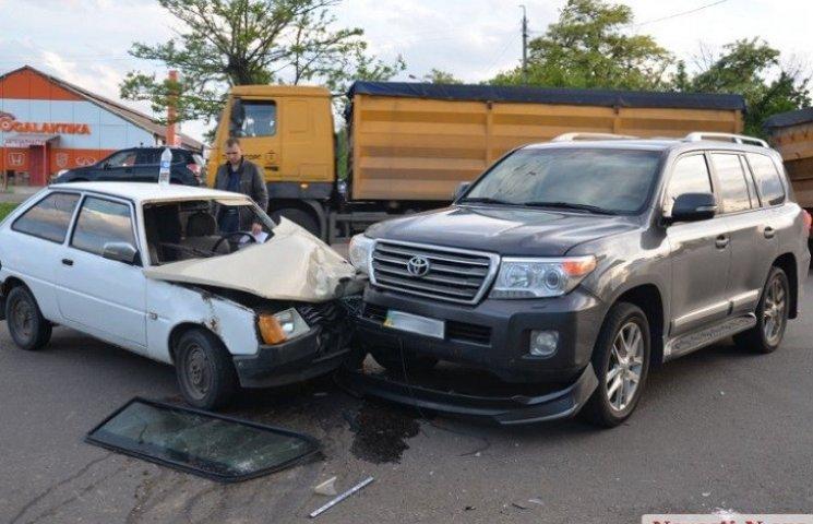 """У Миколаєві головлікар пологового будинку на Toyota протаранив """"Таврію"""""""