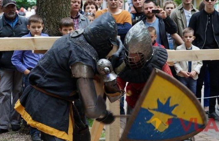 У Вінниці лицарі змагались у 20-кілограмових обладунках