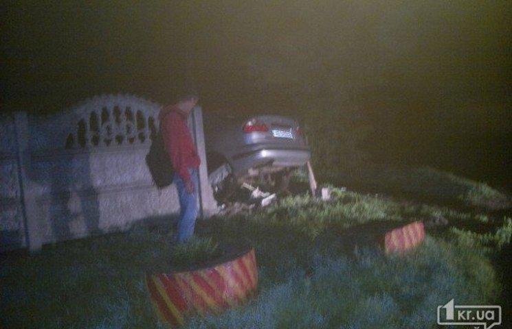 У Кривому Розі автівка знесла паркан приватного будинку