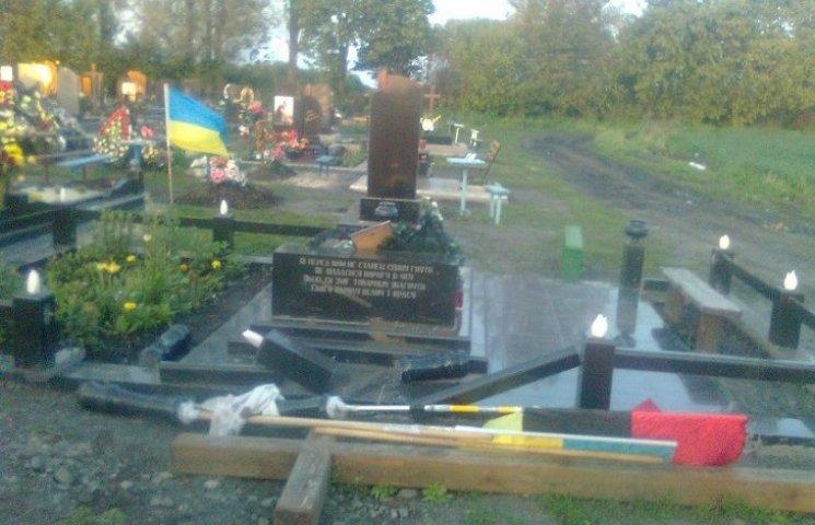 На Хмельниччині вандали зруйнували могилу Героя Небесної сотні