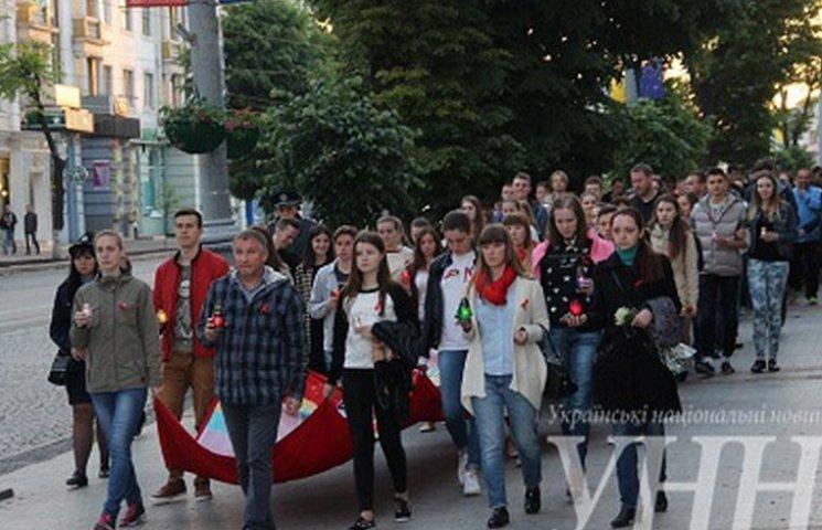 """Вінничани вшанували померлих від СНІДу """"свічковою ходою"""""""