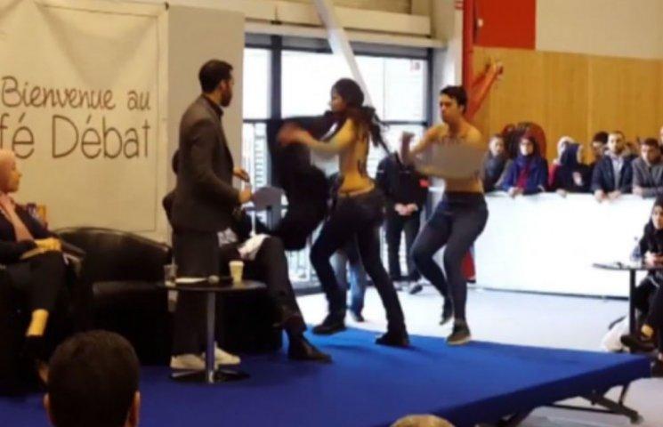Голые Femen во Франции публично шокировали мусульманского боголослова (ВИДЕО)