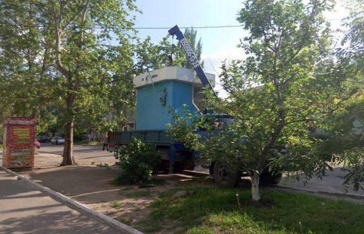 У Миколаєві біля лікарні вирісла чергова будка