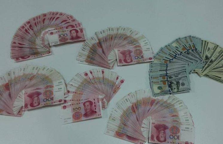 Миколаївські митники впіймали капітана китайського судна на контрабанді валюти