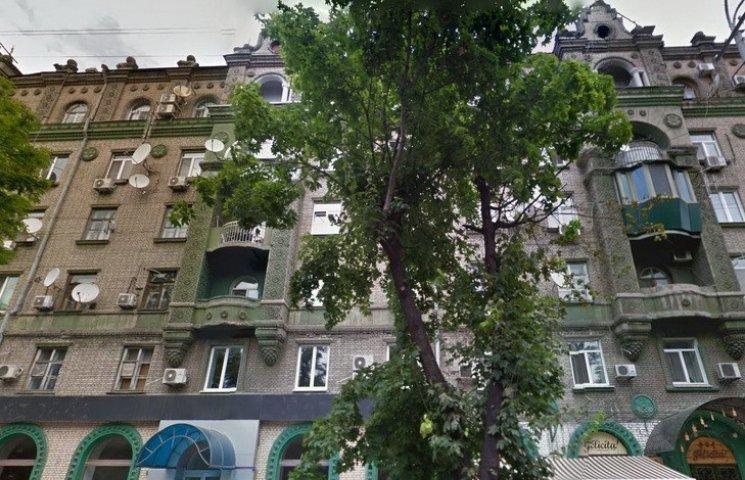 У центрі Дніпропетровська ліфт проломив дах дому