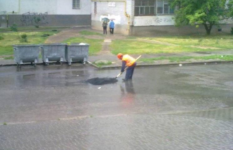 У Миколаєві ще один комунальник попався на латанні дороги у дощ