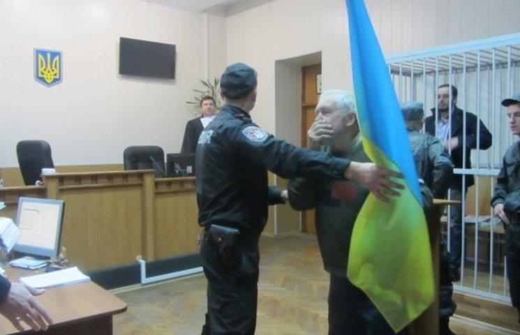 Дідусь постане перед судом за побиття прокурора прапором