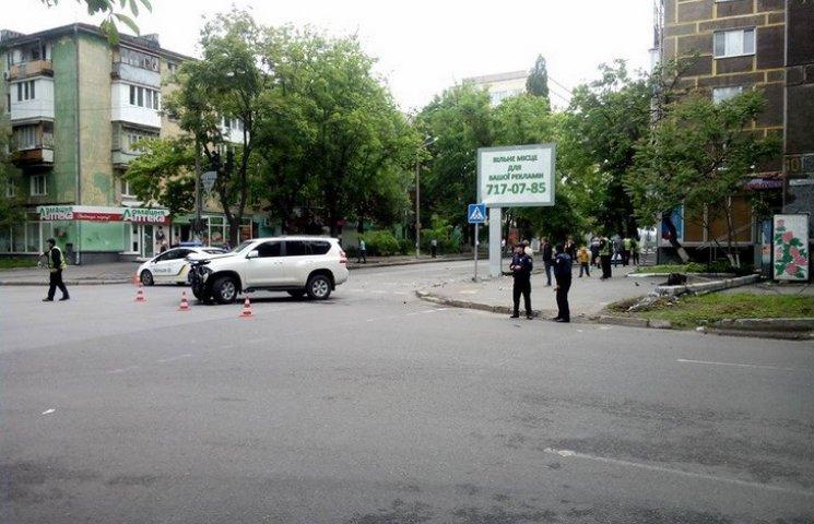 У Дніпропетровську патрульна автівка зіткнулася з позашляховиком