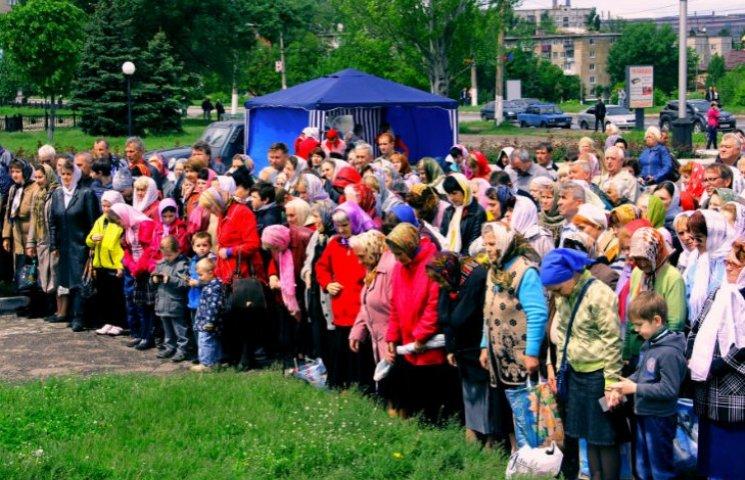 В окупованому Алчевську натовп мешканців дякував Богу, що не замерзли взимку (ФОТО)