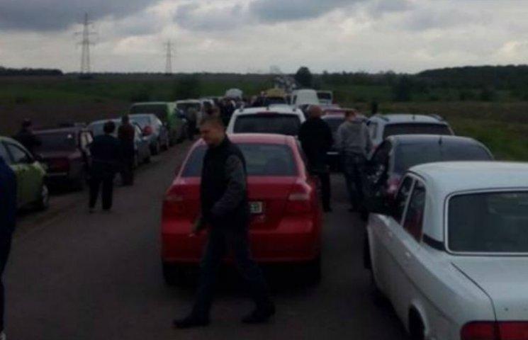 На пунктах пропуску на Донбасі: стрілянина, черги та ночівля (ФОТО)