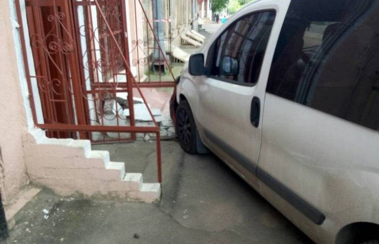 В Одесі мікроавтобус без водія в