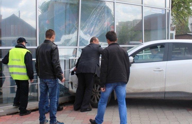 У Хмельницькому джип влетів у будівлю Соцстраху