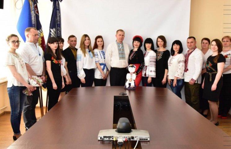 Аброськін вдягнув підлеглих донецької поліції у вишиванки (ФОТО)