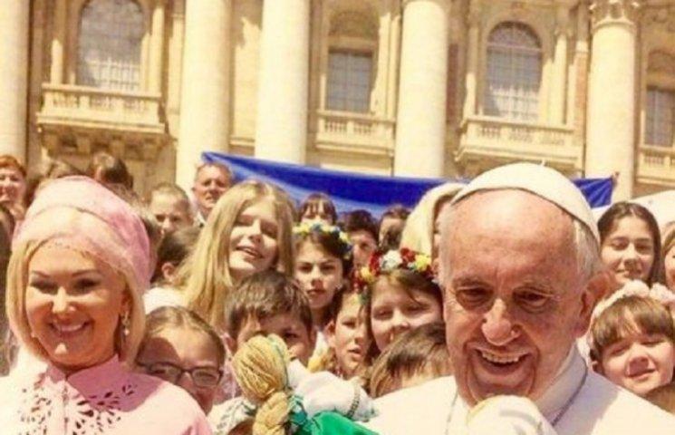 Як Бужинська вся у рожевому возила дітей з Донбасу до Папи Римського