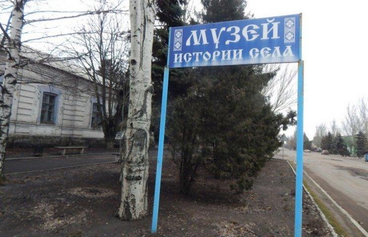 Вибиті вікна та гори осколків: Як на Донеччині два роки під вогнем працює музей (ФОТО)
