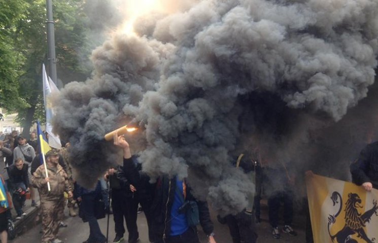 """Как """"азовцы"""" задымили центр Киева"""