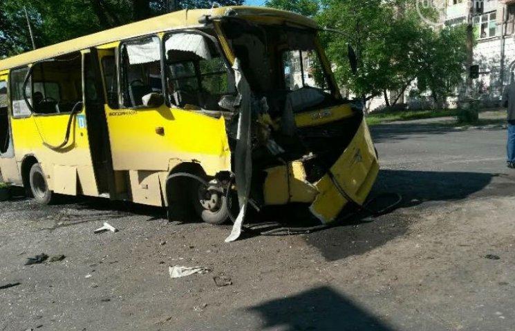 У Маріуполі маршрутка зіткнулась із військовим автобусом: 12 постраждалих (ФОТО)